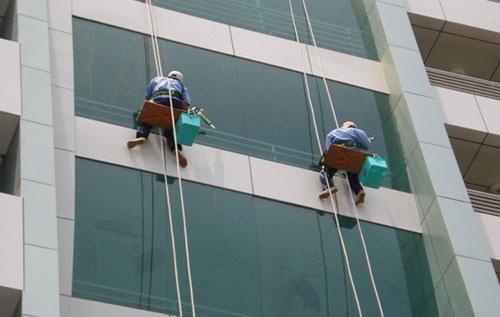 dịch vụ vệ sinh kính tòa nhà của công ty Gia Khang