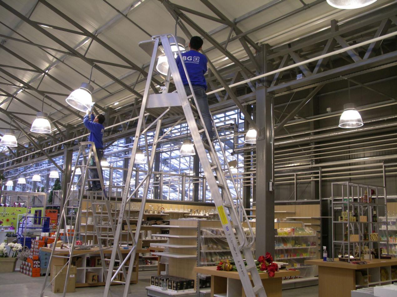 Vệ sinh trần nhà xưởng là bước đầu tiên và khó nhất trong quy trình vệ sinh nhà xưởng