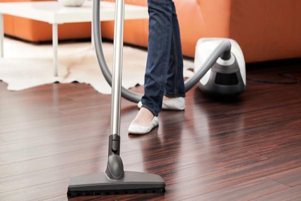 Chúng ta có thể sử dụng những hợp chất có trong cuộc sống đời thường như cồn để làm sạch sàn gỗ