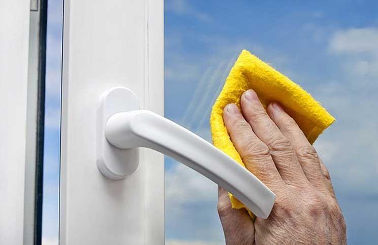 Lau chùi cửa kính, một trong những công đoạn của dọn vệ sinh nhà mới xây