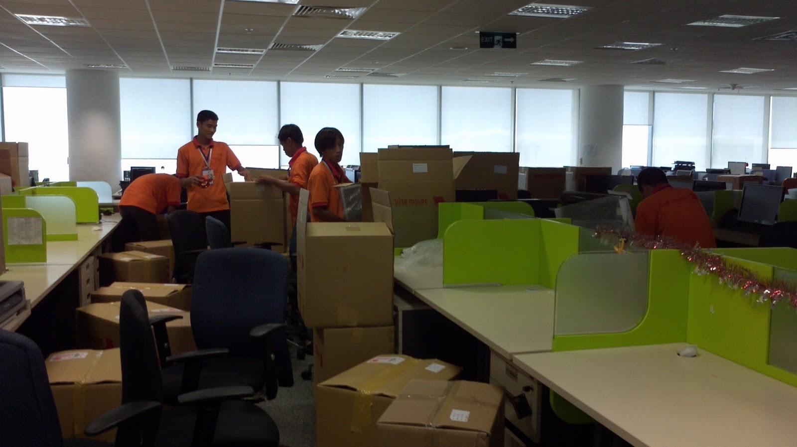 Các nhân viên dịch vụ vận chuyển văn phòng trọn gói tphcm đang thu dọn văn phòng