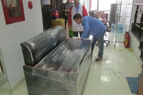 Công nhân của Gia Khang đang thực hiện đồng do cho khách hàng để vận chuyển