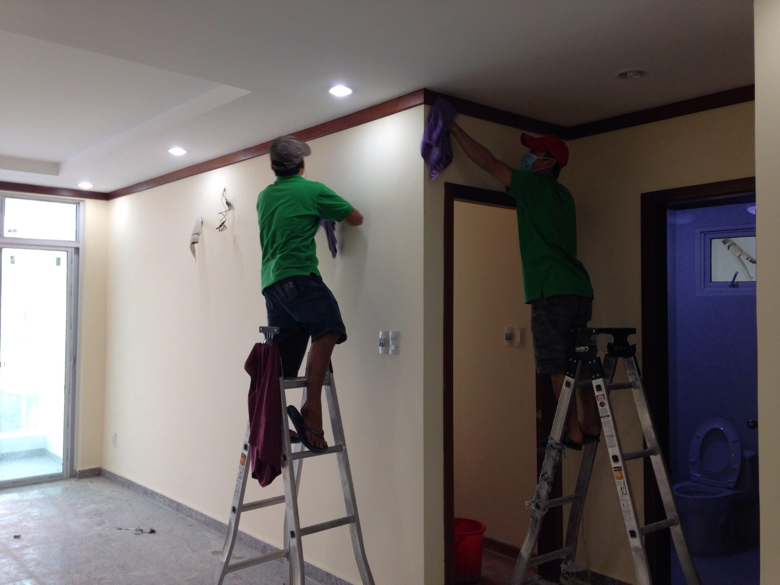 Nên lau chùi và quét dọn nhà mới theo quy tắc từ trên xuống dưới và từ trong ra ngoài